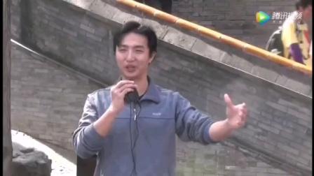 《小白杨》张宗彦在公园与口琴即兴合作。