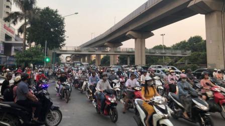 越南人到中国旅游,刚下火车就直言:连摩托车都没有果然很落后
