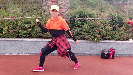 湖北小伙自学鬼步舞,在公园小跳一段,实力堪比法国面具男