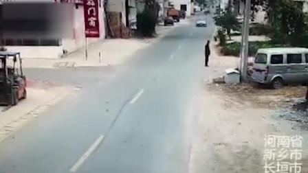 轿车逆行路口与电动车相撞 直接逃逸