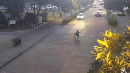 两不相让!小车撞飞电动自行车致双腿骨折