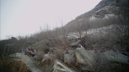 铁在烧:我军战士拿着摄像机,在记录战前的战士们的情况