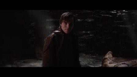 看着男子杀死巨人,队长惊讶不已,赶紧把刀还给他