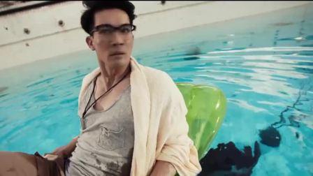 男子无视管理员说话,怎料一觉醒来被困六米深泳池,看你怎么上去