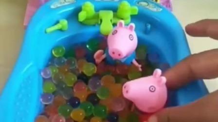 乔治准备好了水池,随后猪爸爸猪妈妈和姐姐都来玩耍