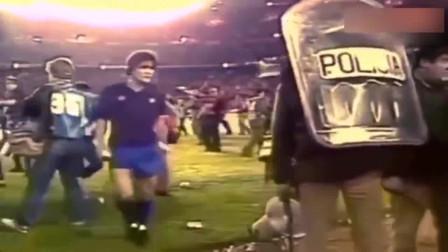 当年马拉多纳的赛场冲突,脾气是真暴,估计现在能禁赛好久