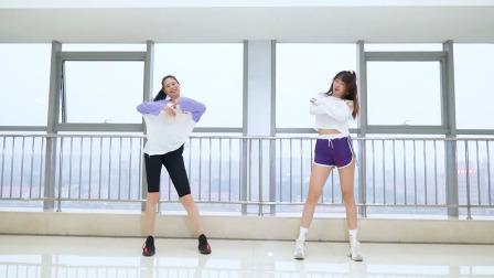 长腿妈妈带女儿一起广场舞《你的万水千山》你觉得谁跳得好?