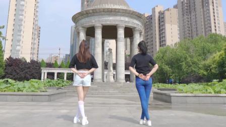 长腿小姐姐和妈妈pk广场舞《酒醉的蝴蝶》你觉得谁略胜一筹?
