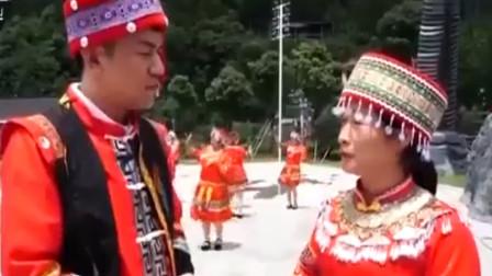 瑶族阿妹在广场上跳拍打舞 宣传瑶文化 等待瑶族同胞来寻找