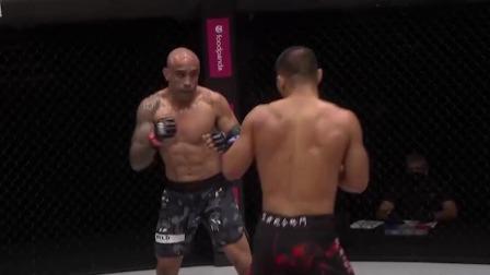 樊荣的右手重拳爆发将西蒙斯打倒在地