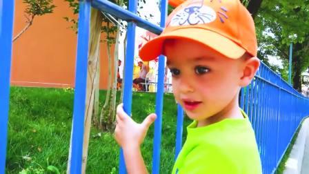 国外儿童时尚,萌娃在游乐场玩,真高兴啊