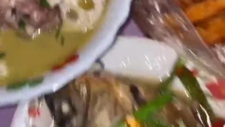 兄弟们来我家蹭饭,我做了红烧鱼招待他们,友情可贵!