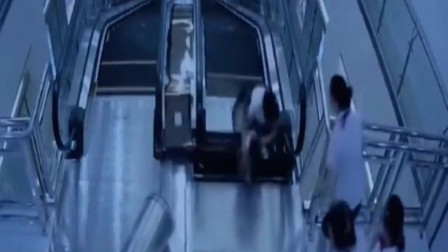 女子带孩子乘扶梯一脚踩塌卷入扶梯 一人想拉无济于事