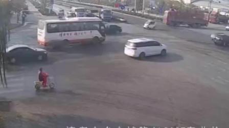 电动车驶入货车盲区,遭撞倒推行