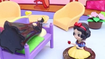 宝宝早教玩具:皇后生病了,白雪和贝尔认真照顾皇后