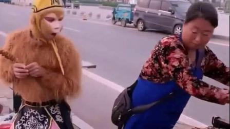 童年趣事:孙悟空怎么可以偷吃别人的烤串呢,太淘气了!