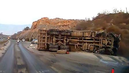 交通事故合集:大货车无视喇叭盲目倒车,小车司机内心绝望了