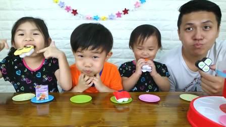 美国儿童时尚,小宝贝在玩寿司扭蛋机玩具,快进来看看
