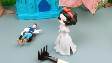 贝儿看见王子就生气,今天还把王子砸晕了