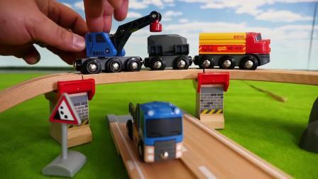 儿童玩具挖掘机在给小火车装货