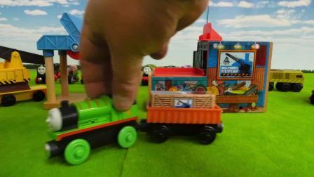 玩具小火车在运送煤炭和水