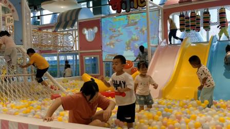 游乐园海洋球打球战搞笑视频