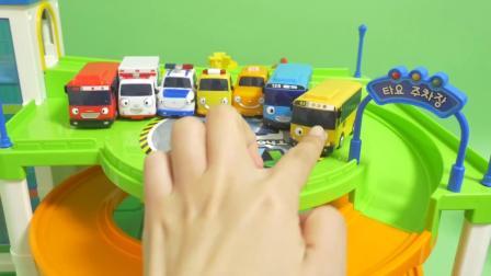 儿童玩具大货车运送来了很多小汽车