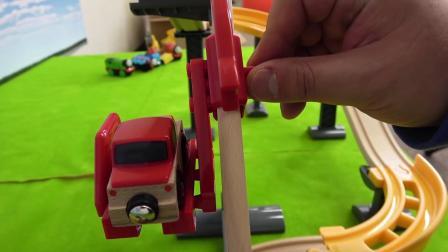 儿童玩具工程车在修公路呢