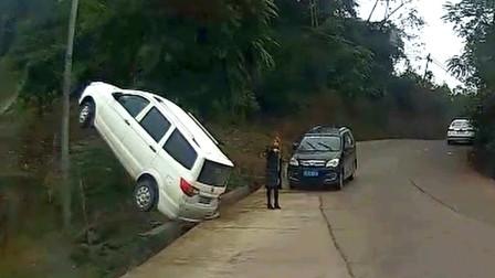 交通事故合集:随意转弯不观察路况,连环事故让人防不胜防