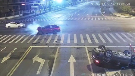 轿车疾驰过十字路口,被撞翻滚四脚朝天