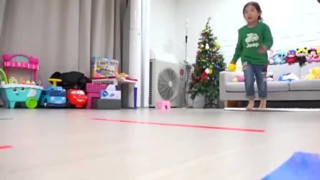 美国儿童时尚,小萝莉同小帅哥玩保龄球,非常高兴