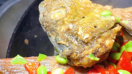 自家鱼塘养的鲤鱼,放毛豆煮着吃,鲜辣甜香,上桌连汤都不剩。