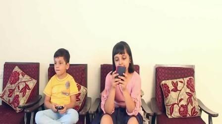 国外萌宝时尚:小女孩和弟弟在一起玩手机游戏,非常开心