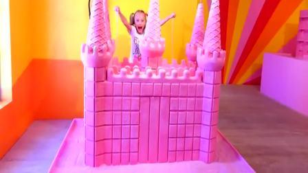 国外萌宝时尚:小女孩在粉红城堡里玩沙子,非常开心