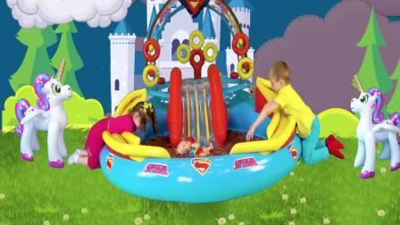 国外萌宝时尚:小女孩发现了超级英雄惊喜蛋,太有趣了吧