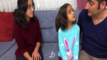 国外萌宝时尚:小女孩快叫上姐姐一起玩游戏,开心极了