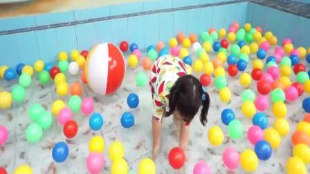 国外萌宝时尚:小女孩乱扔玩具球,太有趣了