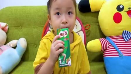 国外萌宝时尚:小女孩玩游戏欺负弟弟,被批评了