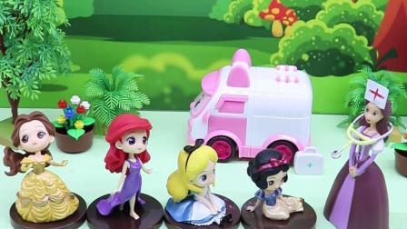玩具早教宝宝益智:公主们检查牙齿,贝尔很害怕