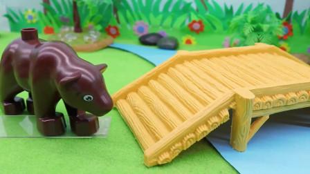 小熊害怕不敢过桥,于是大家都来加油,最后它鼓足勇气走了过去