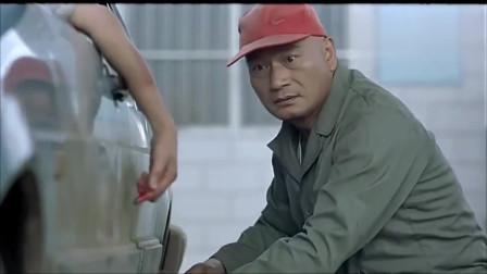 女司机去加油,付款时故意把钱丢在地上,加油站员工抬头一看秒懂