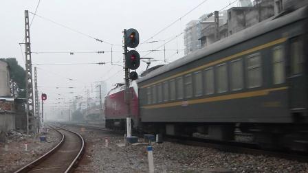 京广线:HXD1B货列会车
