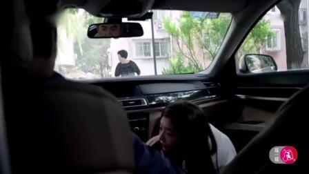 小区突然停辆宝马,大妈好奇里面啥样,结果竟看到女儿在里面趴着