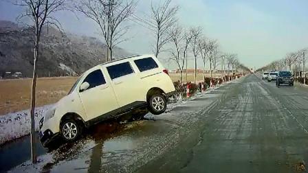 交通事故合集:下雪天超速行驶,上演360度大漂移