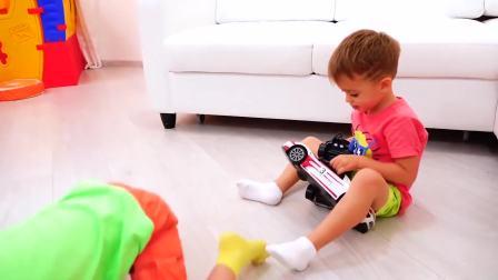 国外儿童时尚,萌娃在家玩玩具汽车,真好玩呀