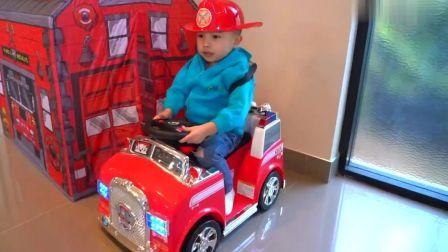 外国萌宝时尚,两个小男孩驾驶消防玩具车,假装玩救火任务