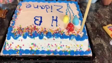 国外萌宝时尚,姐姐给弟弟制作美味的生日蛋糕,太有趣了