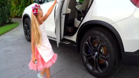 国外儿童时尚:小女孩做水果冰激凌,特别开心