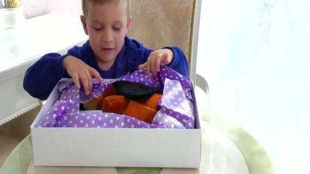 国外儿童时尚:小男孩收到了一盒礼物,特别好玩呀