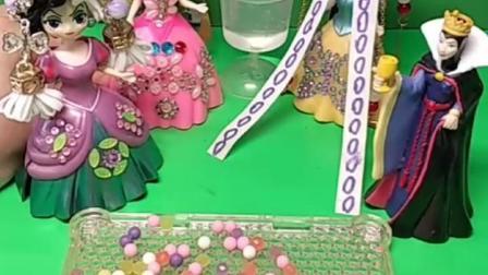 有趣益智宝宝早教:黑雪破坏白雪的画像,要罚她打扫多少天马桶